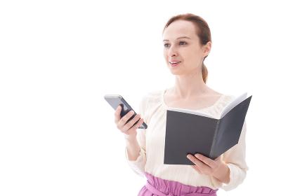 スマホアプリを使う笑顔の若い女性