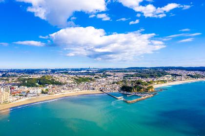片瀬東浜海水浴場と腰越漁港(神奈川県藤沢市)