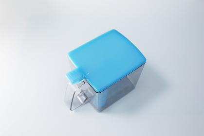 ブルーの空のプラスチック容器