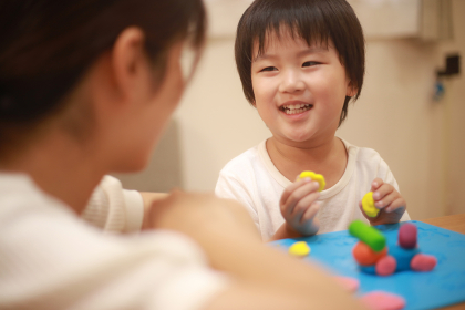 粘土で遊ぶ親子