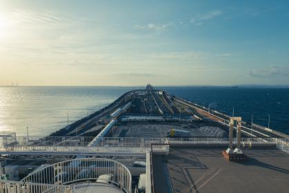 朝の東京湾アクアラインの風景