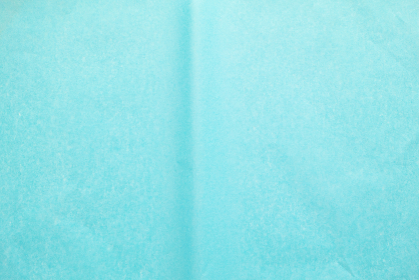 曲がり跡のある青色のお花紙