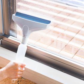 100均ワイパーで窓の結露を取る 【冬の家事のイメージ】