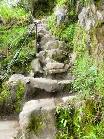 ペルー・ワイナピチュ山へ登山中での狭く急勾配な石の階段とスロープ