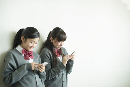 スマートフォンを操作する中学生