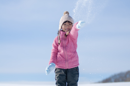 雪で遊ぶ笑顔の女の子