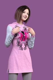 デザインイラストがプリントしてあるパーカーワンピースを着て自分を指さすショートヘアの女性がほほえんでいる立ちポーズ