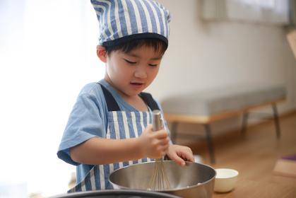 料理する男の子
