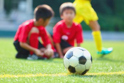 サッカーボールとサッカー少年