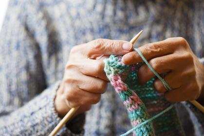 編み物をする女性