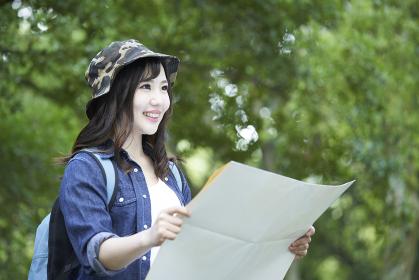 ハイキングを楽しむ若い日本人女性