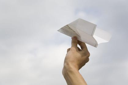 紙飛行機を持つ手
