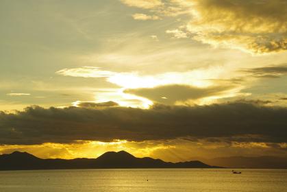 朝日に反射して輝く雲
