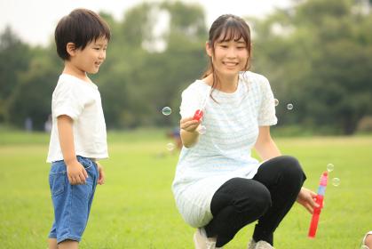 シャボン玉で遊ぶ親子