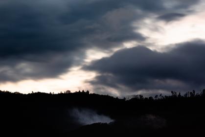 日本の山梨県・梅雨の6月、夕暮れ時の空