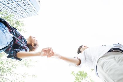 手を繋ぐ男女(見上げる)