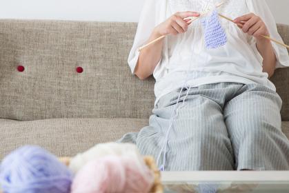 編み物をする妊婦さん