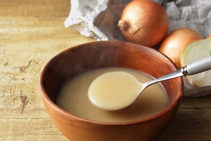 ほんわか温かい湯気の上がった玉ねぎのポタージュのスープ