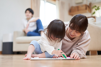 絵を描く母子と寛ぐパパ