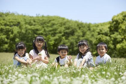 花畑でくつろぐ日本人の子供達