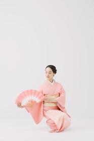 日本舞踊を踊る着物の女性