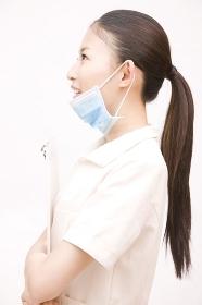 カルテを持って横を向く歯科衛生士