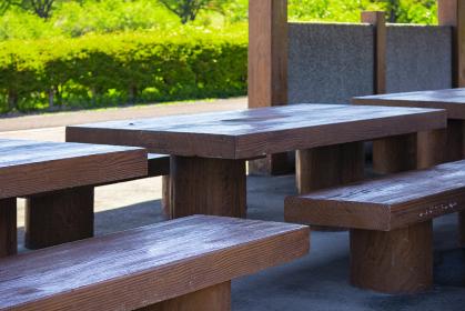 キャンプ場の木製テーブルと椅子 5420