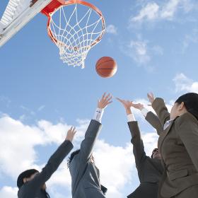 バスケットをするビジネスマンとビジネスウーマン