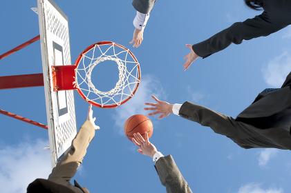 バスケットをするビジネスマンとビジネスウーマンの手元