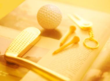 雑誌とゴルフクラブとティー