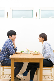幸せなカップルの食卓