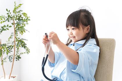 お医者さんごっこをする子ども