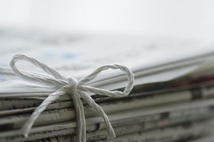 紐で束ねた新聞紙