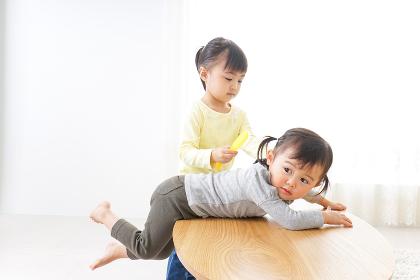 美容師ごっこをする二人の子供