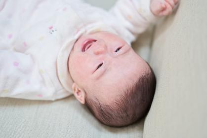 お腹が空いて泣くアジア人の赤ちゃん
