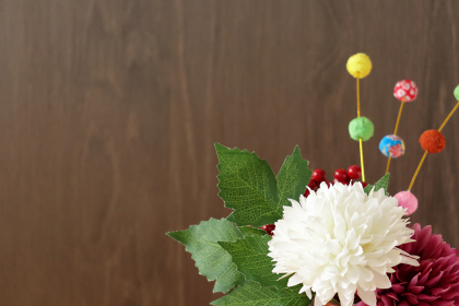 正月イメージ ちりめんで作った餅花と菊の造花 15