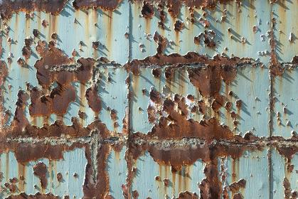 錆び付いてペンキの剥がれた鉄板