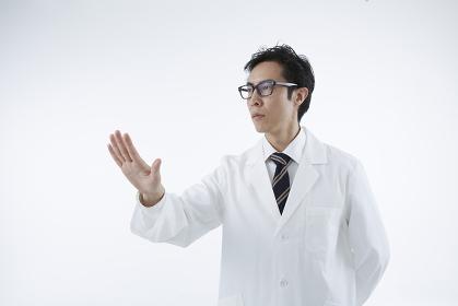 手をかざした白衣の男性 スタジオ撮影