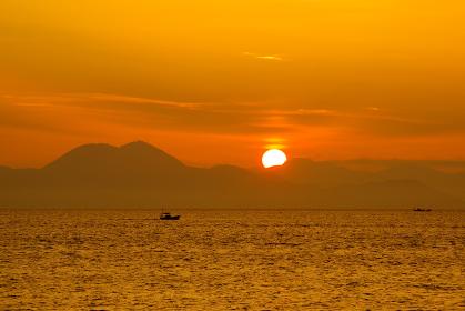 有明海の日の出と漁船