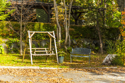 紅葉の公園ぶらんこ