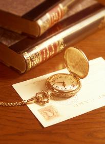 懐中時計と葉書と本