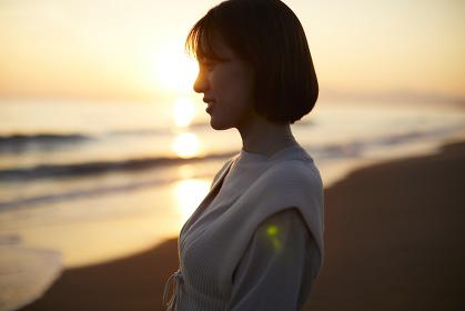 海辺にたたずむ日本人女性