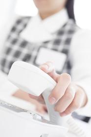 受話器を持つビジネスウーマンの手