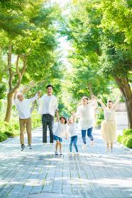 手を繋ぐ3世代家族