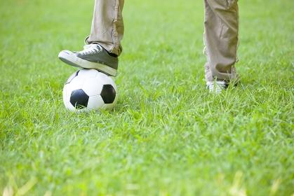 足元に置かれたサッカーボール