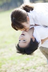 公園で抱き合う母子