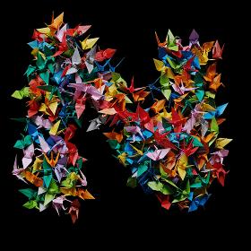 折り紙の鶴を集めて形作ったアルファベットのN