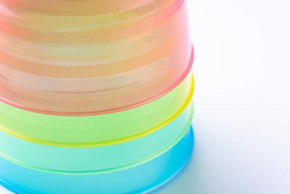 カラフルなプラスチックのコップ