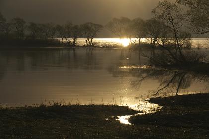 日の出頃の桧原湖