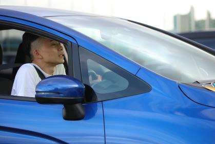 不安そうに運転する男性